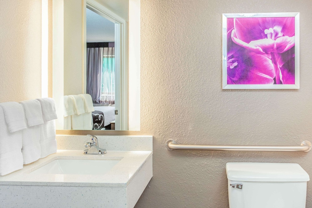 Accessible bathroom, La Quinta Inn & Suites by Wyndham Lubbock West Medical Centr