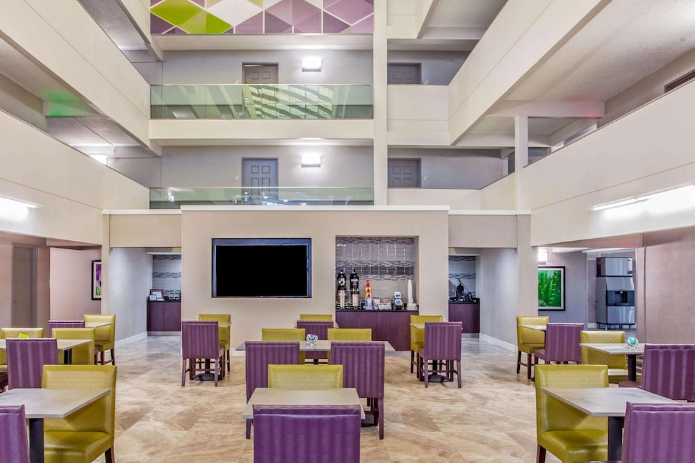 Breakfast Area, La Quinta Inn & Suites by Wyndham Lubbock West Medical Centr