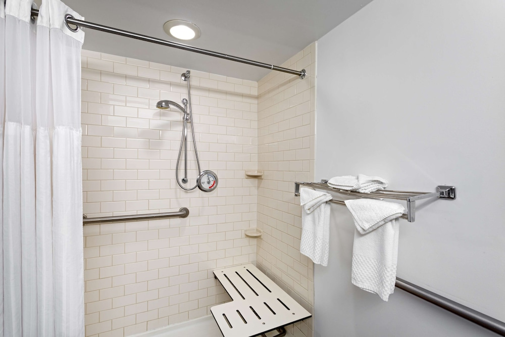 Bathroom, DoubleTree by Hilton Hotel Pittsburgh - Meadow Lands