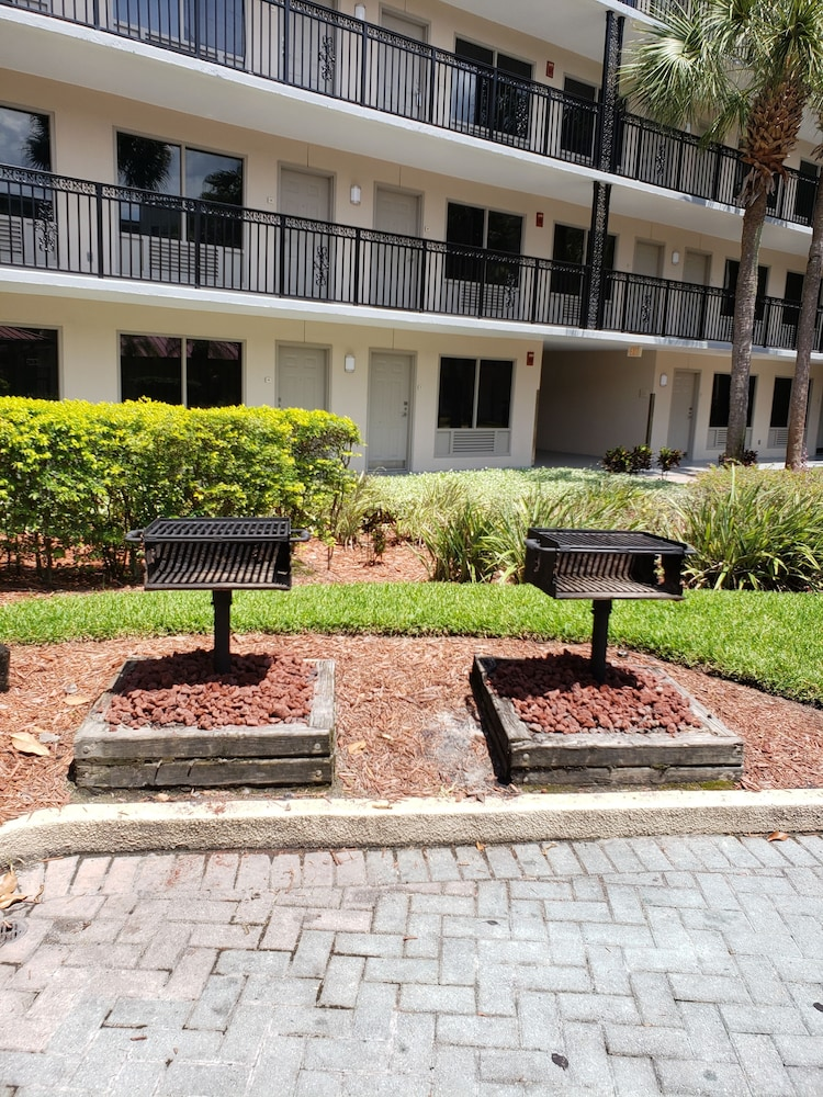 BBQ/Picnic Area, Staybridge Suites Orlando Royale Parc Suites