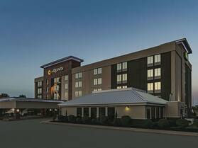 La Quinta Inn & Suites by Wyndham Cleveland Airport West