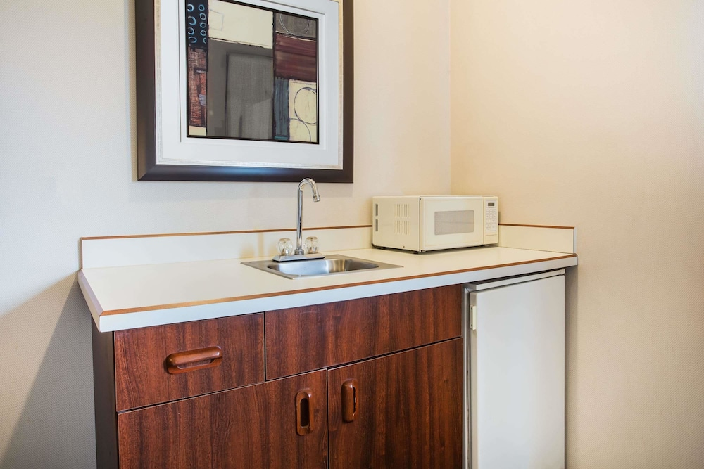 Private Kitchenette, Days Inn by Wyndham Seattle Aurora