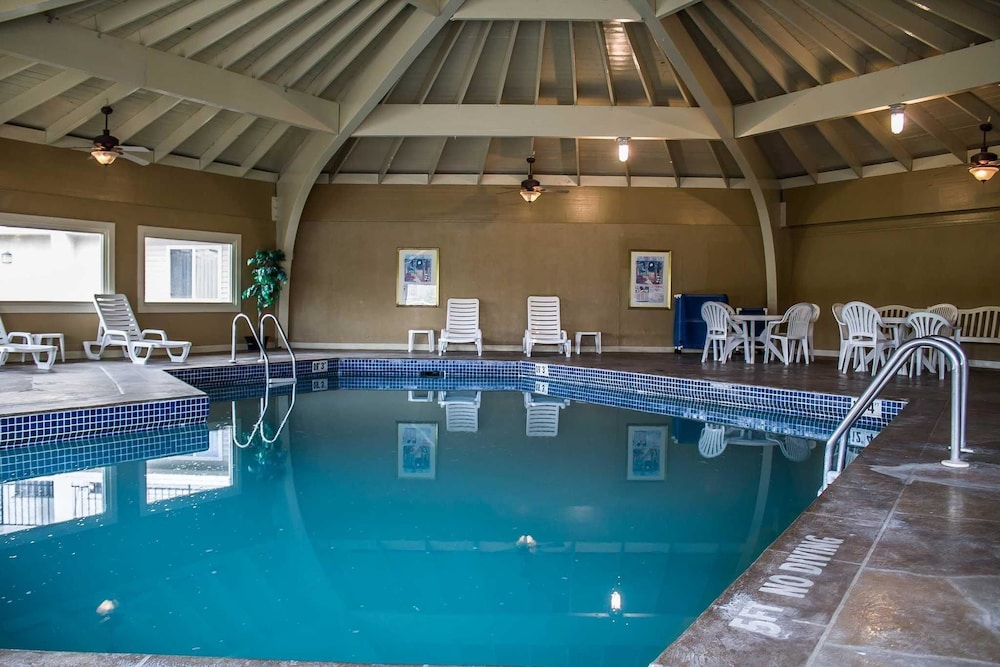 Pool, Quality Inn & Suites North