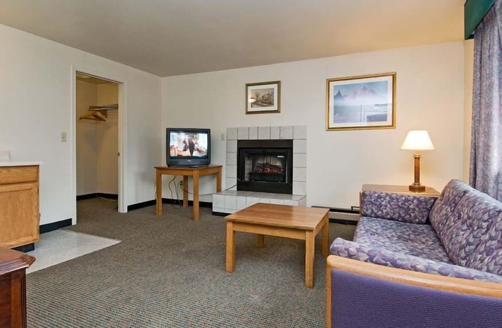 Living Area, Sequim Bay Lodge