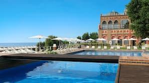 室内游泳池,季节性开放的室外游泳池,池畔遮阳伞,日光浴躺椅