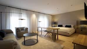 Minibar, Zimmersafe, Schreibtisch, laptopgeeigneter Arbeitsplatz