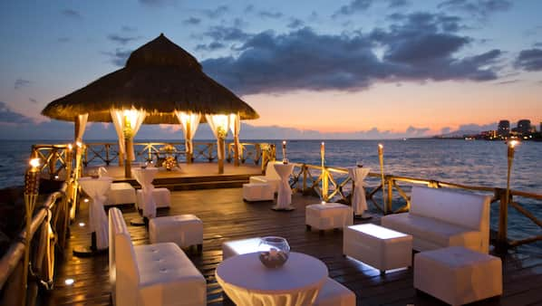 5 bars/lounges, swim-up bar, poolside bar, beach bar
