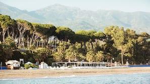 Ubicación cercana a la playa, sombrillas y toallas de playa
