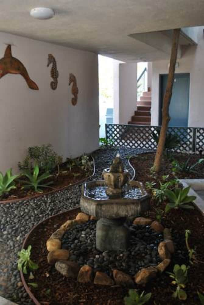 Fountain, Beachside Inn