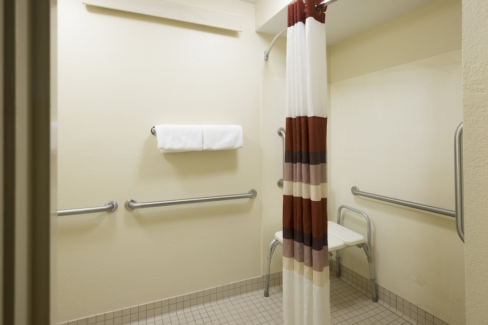 Bathroom, Red Roof Inn PLUS+ Wilmington - Newark