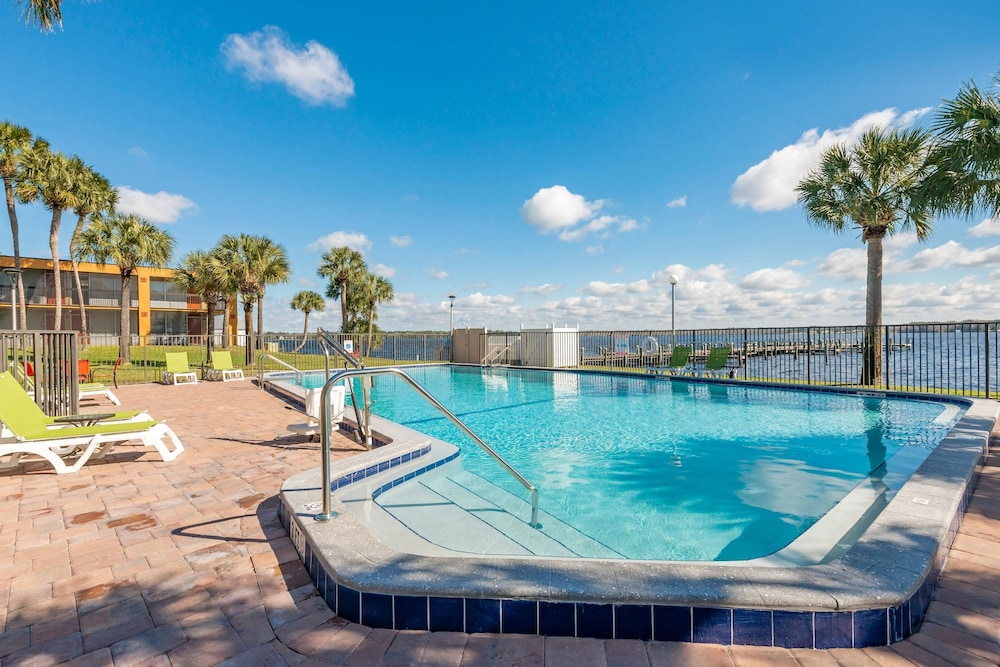 Pool, Quality Inn And Suites Riverfront