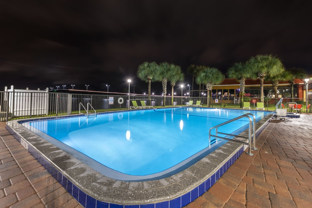 Outdoor Pool, Quality Inn And Suites Riverfront