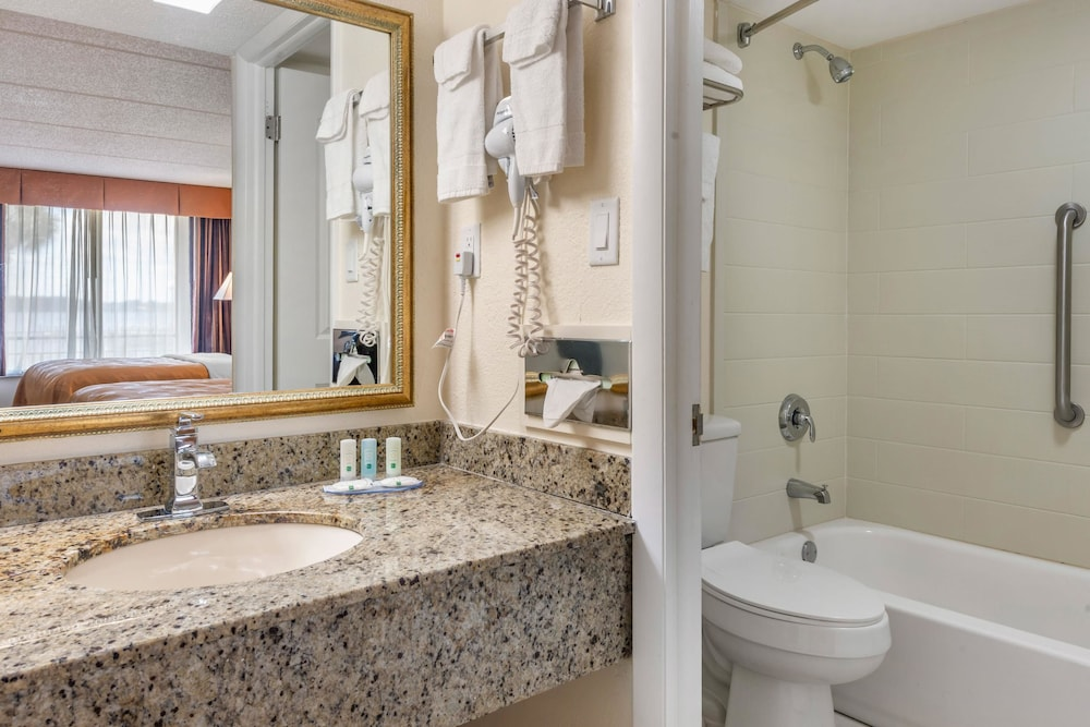 Bathroom, Quality Inn And Suites Riverfront