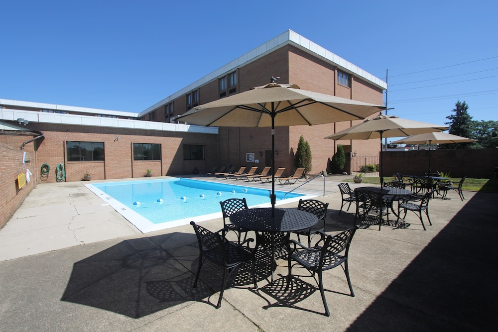 Outdoor Pool, Best Western Plus Wooster Hotel & Conference Center