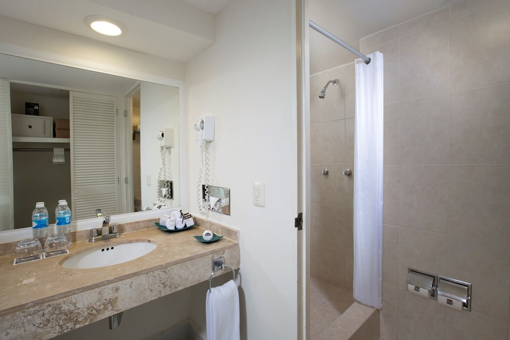 Oasis palm all inclusive in cancun hotel rates reviews for Small bathroom oasis