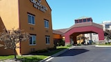 Chicago Club Inn & Suites - Westmont Hotels