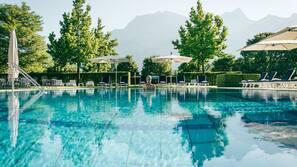 3 piscines couvertes, 2 piscines extérieures, parasols de plage