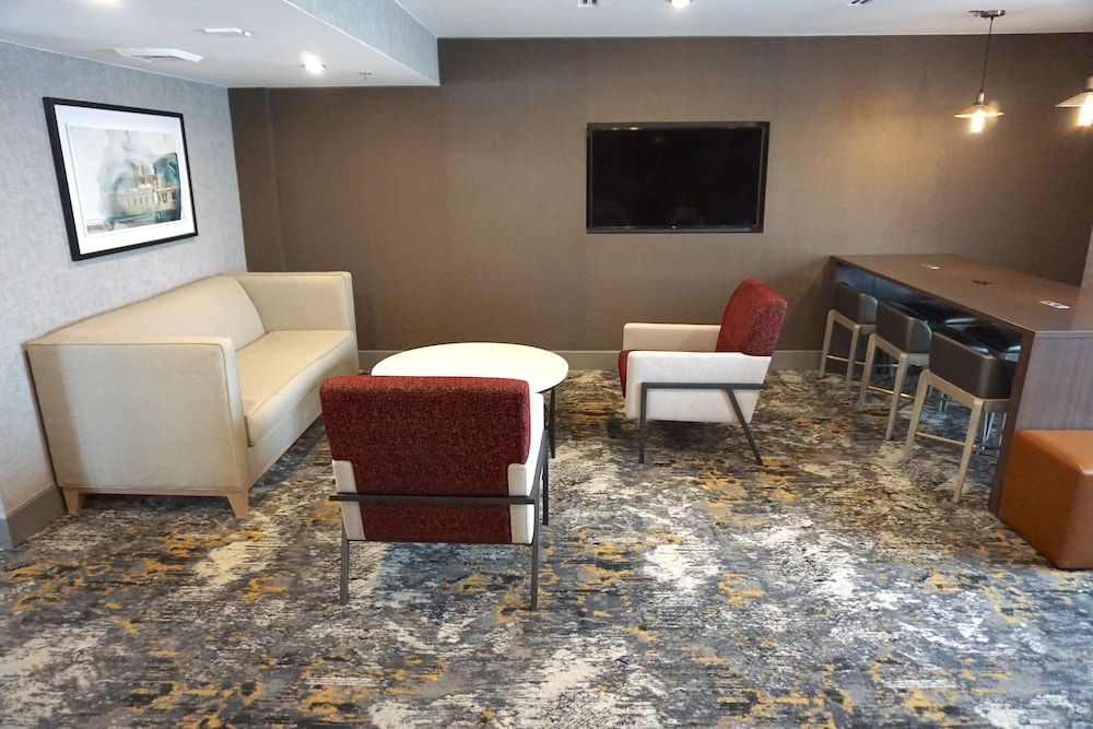 Lobby Sitting Area, DoubleTree by Hilton St. Louis Airport