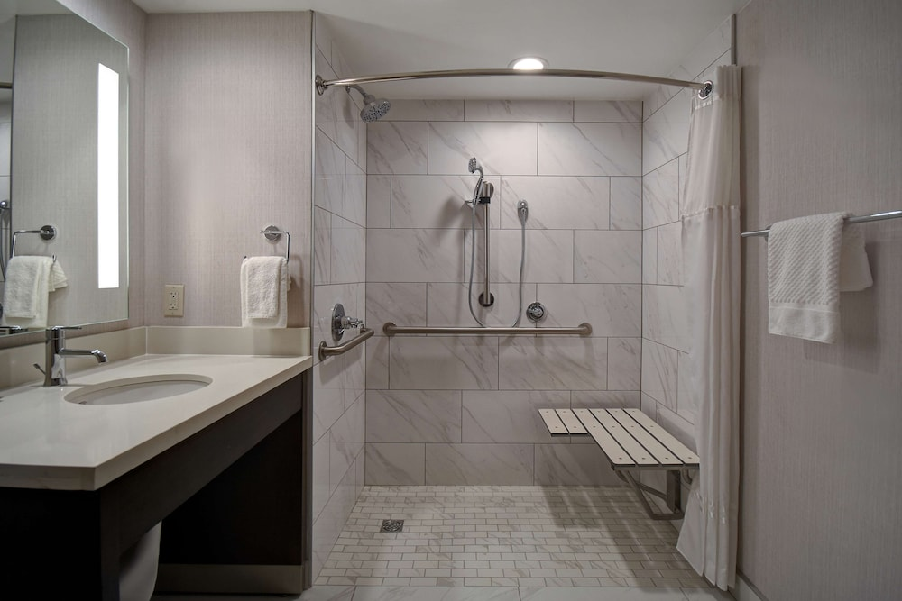 Bathroom, DoubleTree by Hilton St. Louis Airport