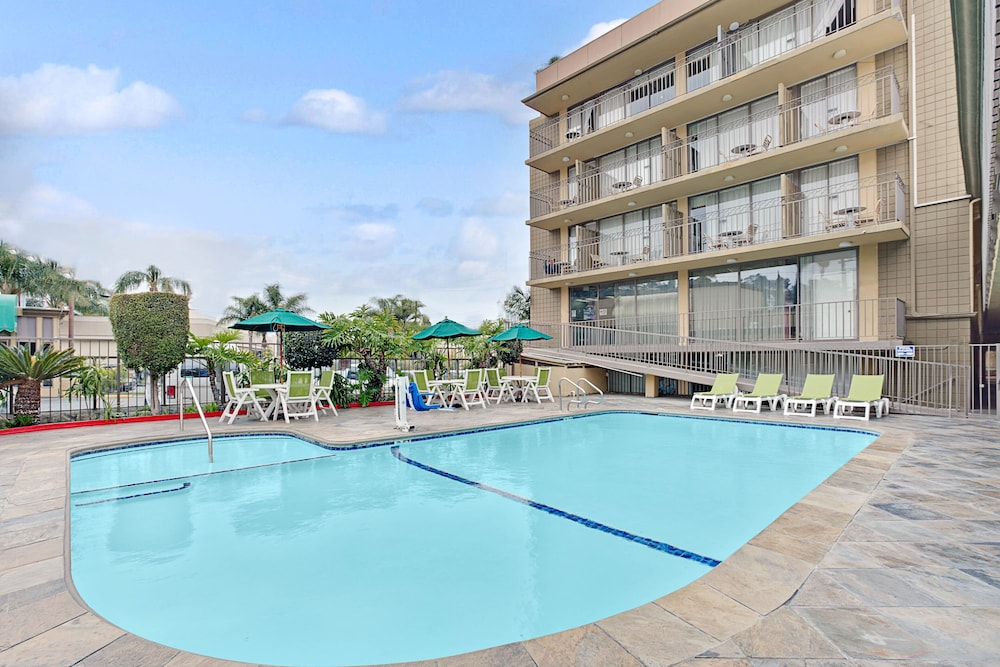 Pool, Torrance Inn and Suites