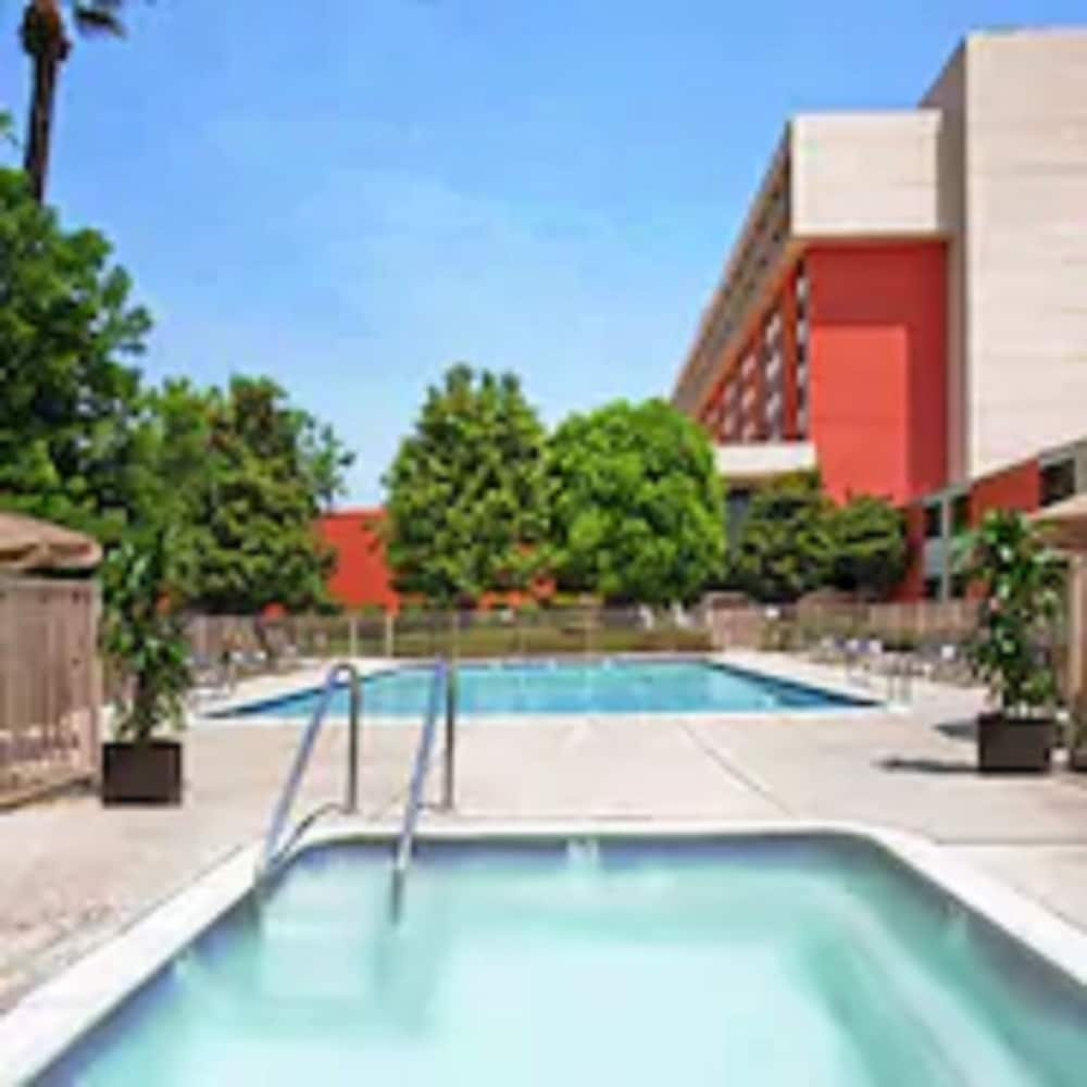 Outdoor Pool, Ontario Airport Hotel & Conference Center