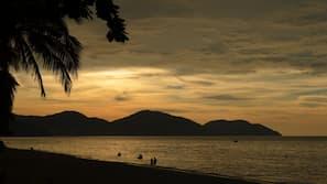 海灘、太陽傘、排球、海灘酒吧
