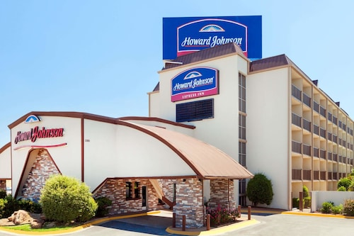 Howard Johnson by Wyndham Arlington Ballpark / Six Flags