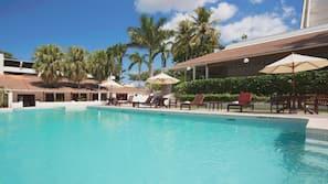 Buitenzwembad, open van 09.30 uur tot 22.00 uur, gratis zwembadcabana's