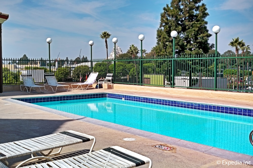 Pool, Anaheim Camelot Inn & Suites