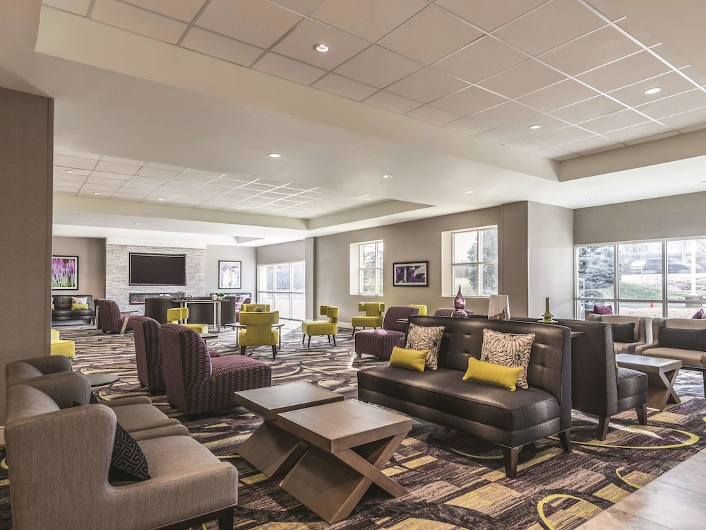 Lobby, La Quinta Inn & Suites by Wyndham Cincinnati Sharonville