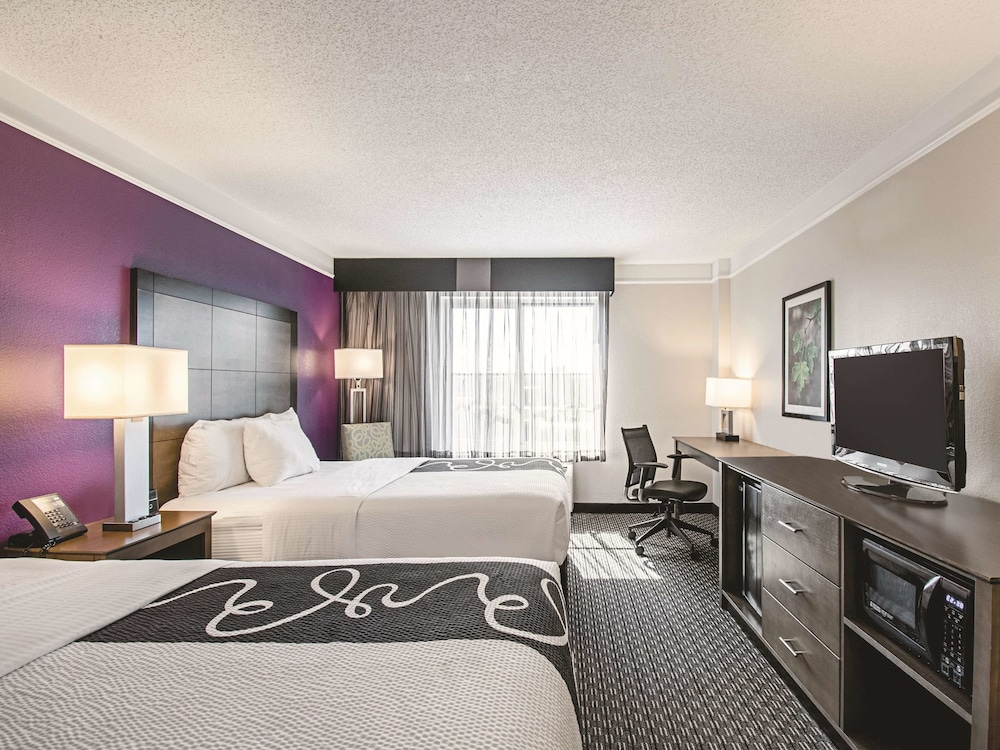 Room, La Quinta Inn & Suites by Wyndham Cincinnati Sharonville