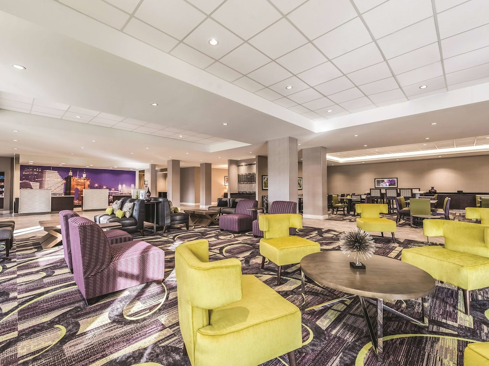 Breakfast Area, La Quinta Inn & Suites by Wyndham Cincinnati Sharonville