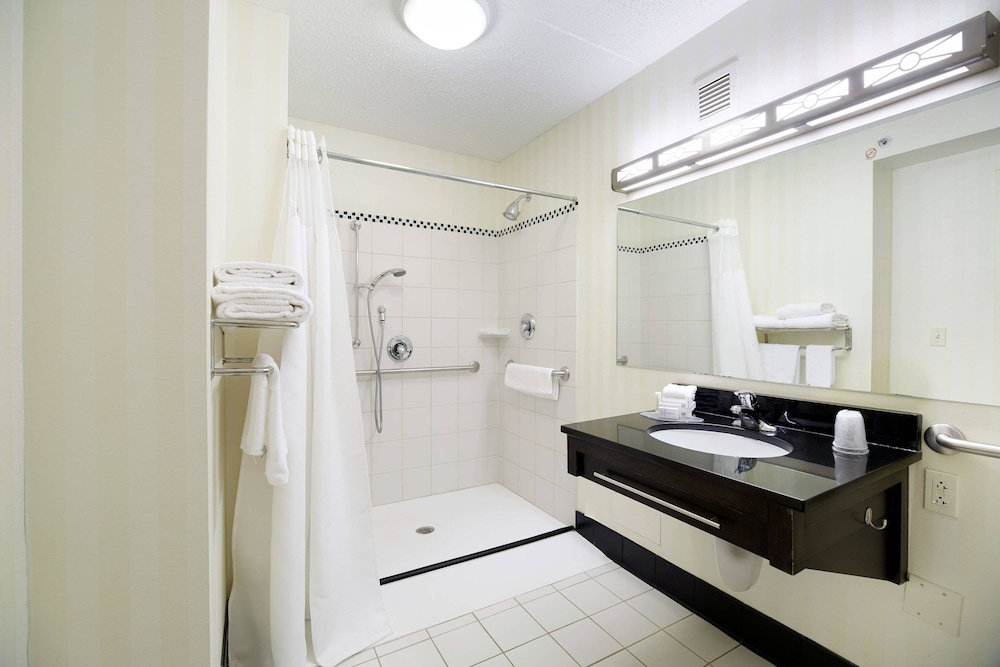 Bathroom, Fairfield Inn & Suites by Marriott Cleveland Beachwood