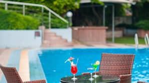 季節性室外泳池;10:00 至 21:00 開放;泳池傘、躺椅