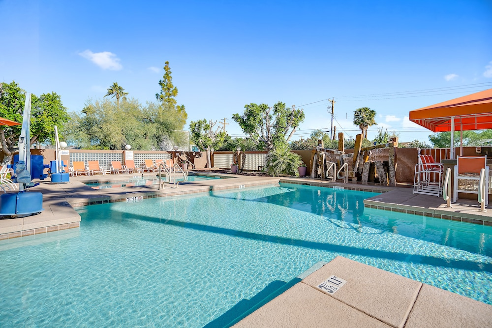 Outdoor Pool, 3 Palms