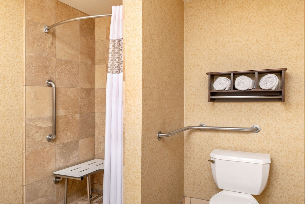 Bathroom, Hampton Inn & Suites San Clemente