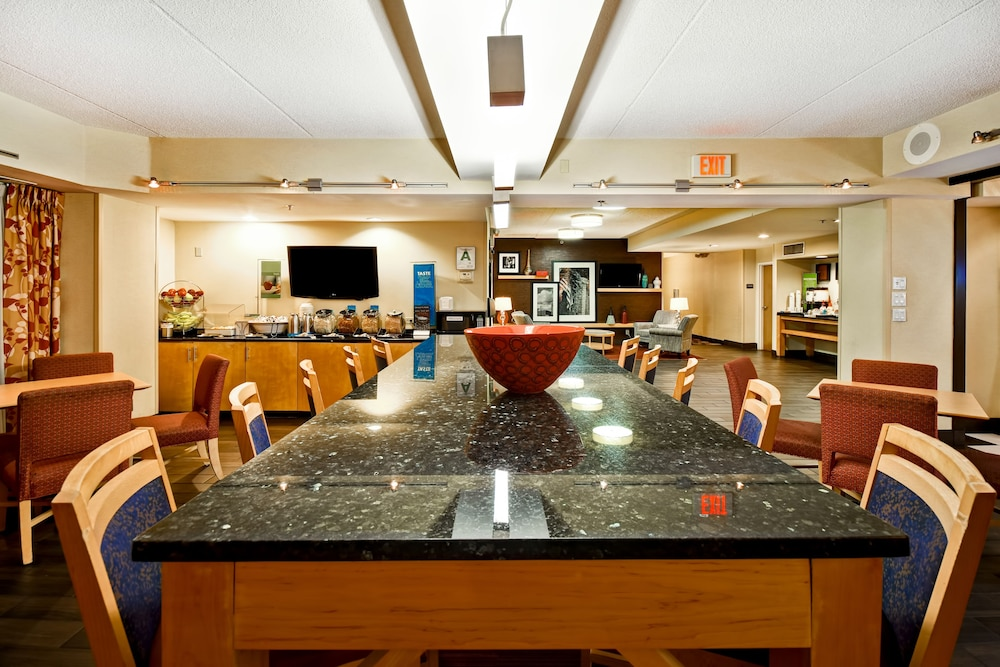Breakfast Area, Hampton Inn Louisville-Arpt-Fair/Expo Ctr