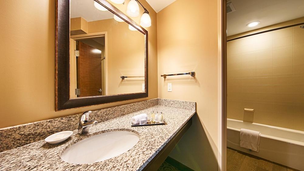 Best western plus intercourse village inn suites in for Best bathroom suites reviews