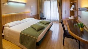 Una cassaforte in camera, con arredamento individuale, una scrivania