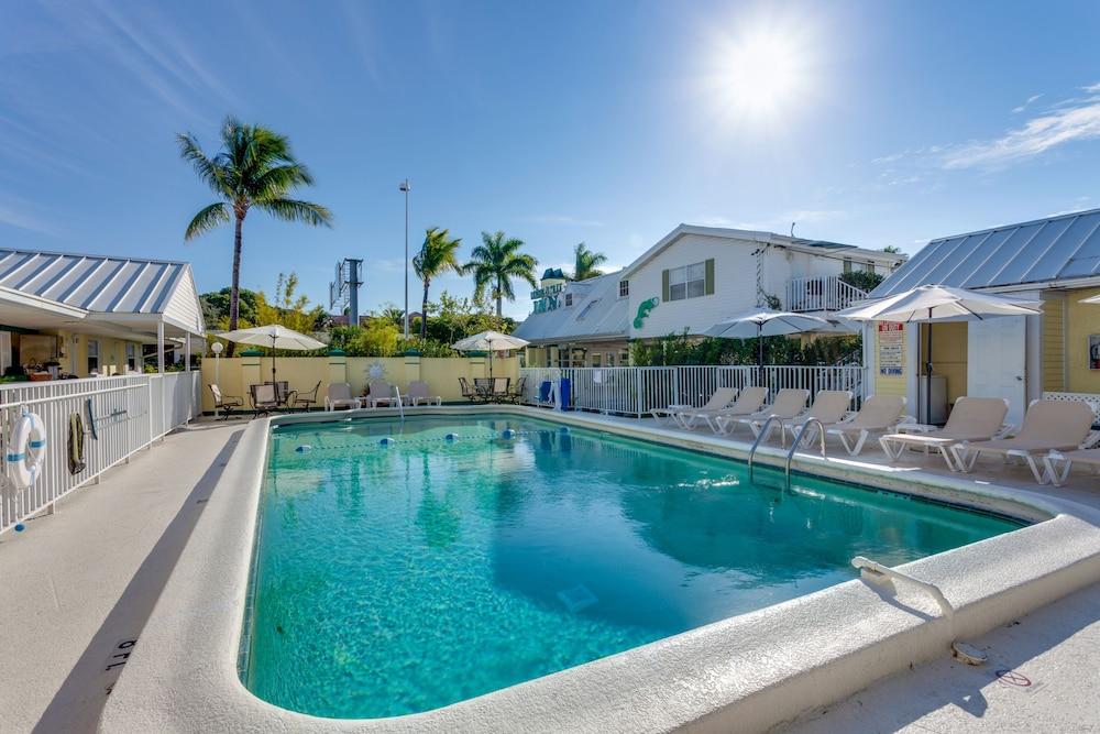 Lemon tree inn reviews photos rates for Hotels naples