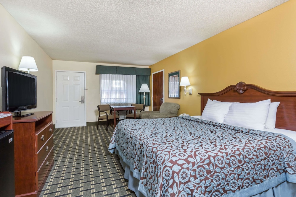 Room, Days Inn & Suites by Wyndham Warner Robins Near Robins AFB