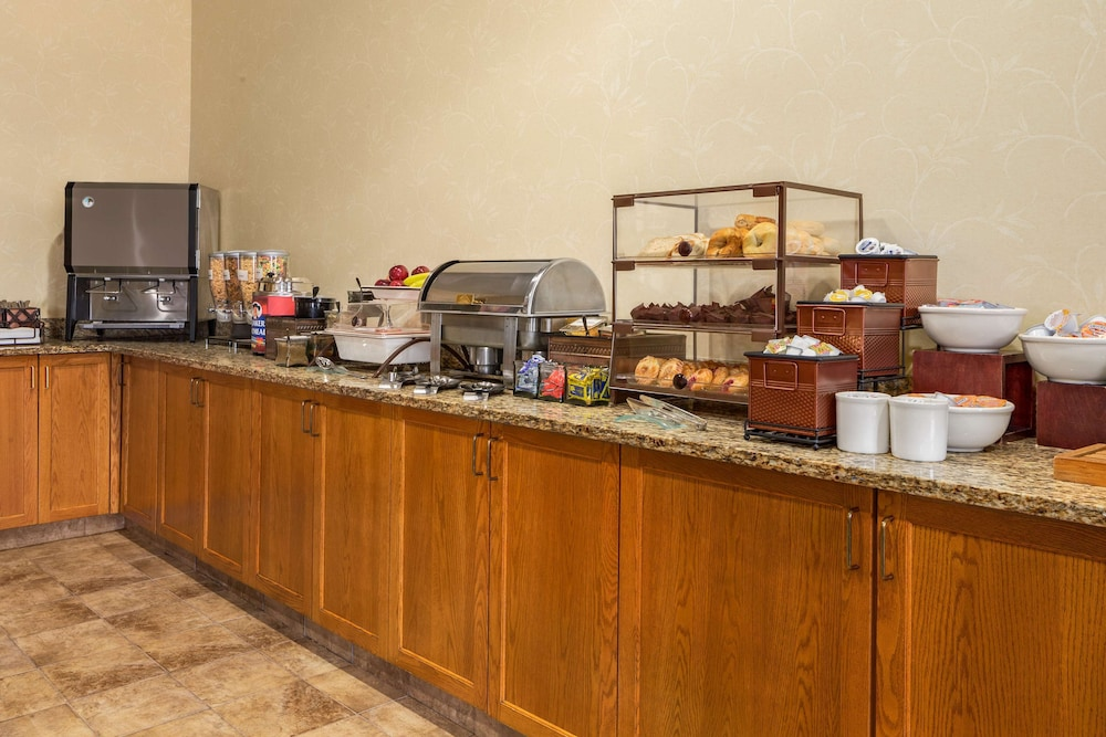 Breakfast Area, Country Inn & Suites by Radisson, Cuyahoga Falls, OH