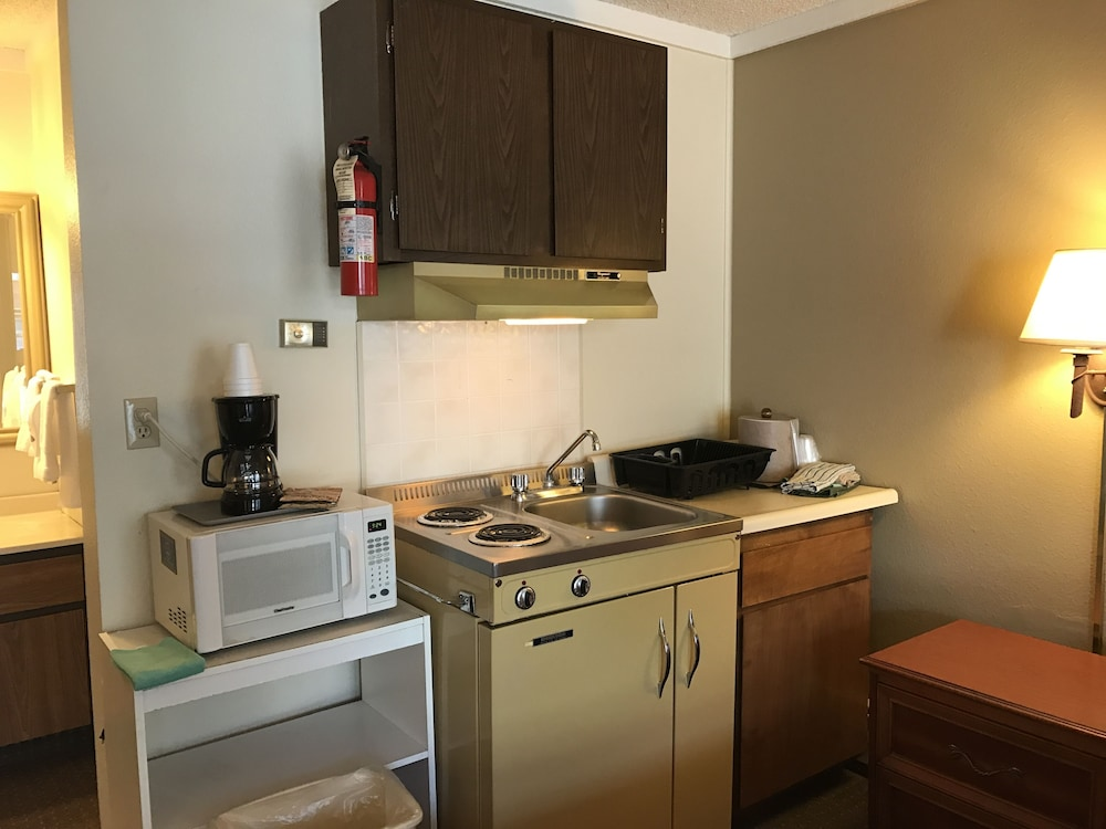 Private Kitchenette, Snowshoe Motel