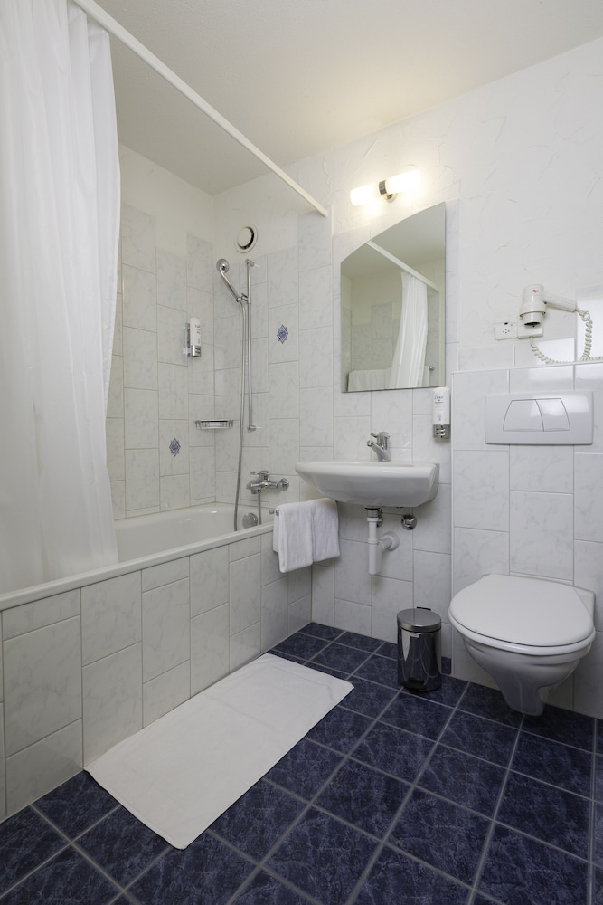 Bathroom, Apart-Hotel Zurich Airport