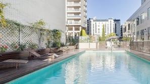 Una piscina al aire libre de temporada (de 11:30 a 18:00), tumbonas
