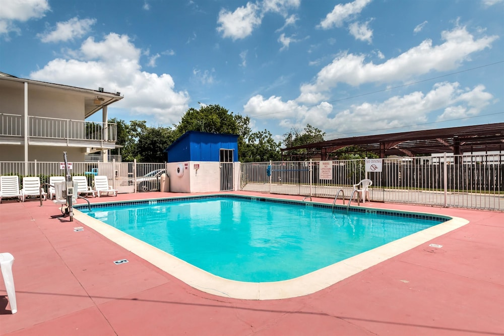 Pool, Motel 6 Victoria, TX
