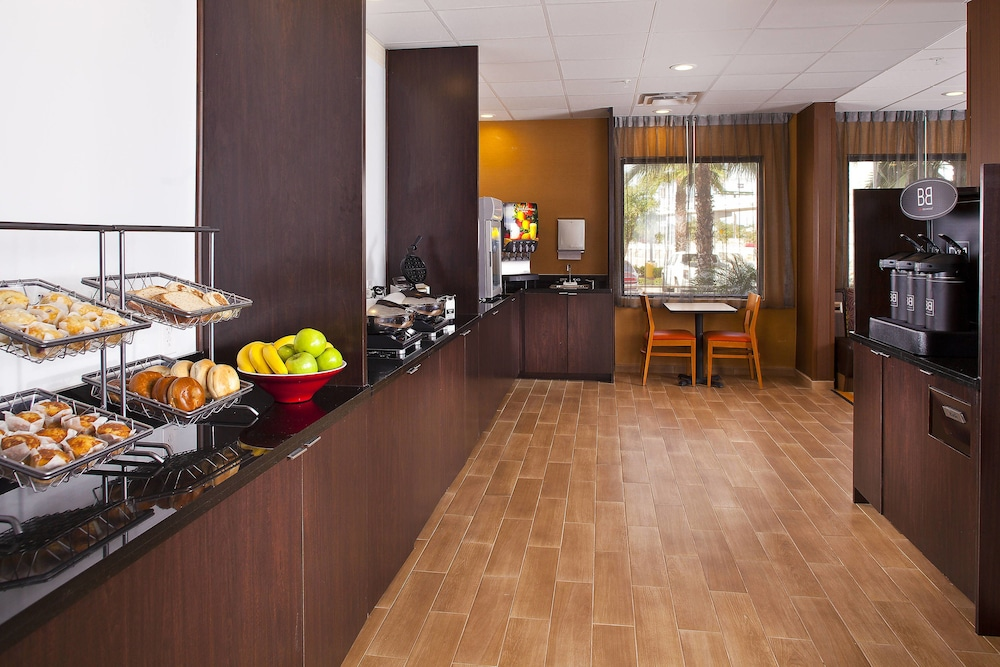 Breakfast Area, Fairfield Inn & Suites by Marriott Houston Hobby Airport.