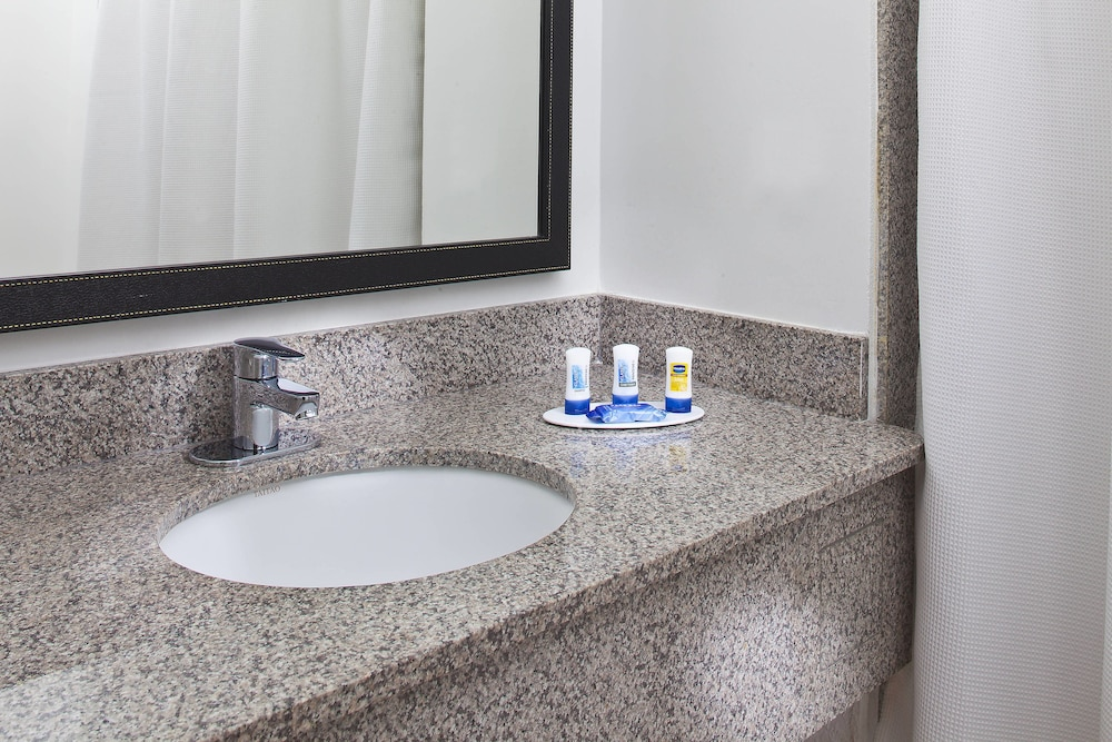 Bathroom, Fairfield Inn & Suites by Marriott Houston Hobby Airport.