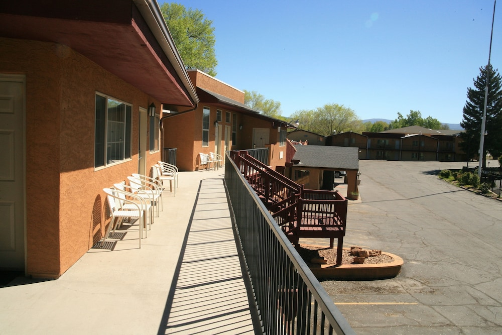 Balcony, Black Canyon Motel