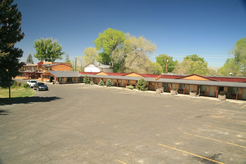 RV or Truck Parking, Black Canyon Motel